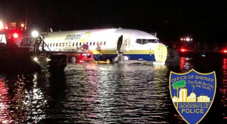 الطائرة هبطت فوق نهر بسلام
