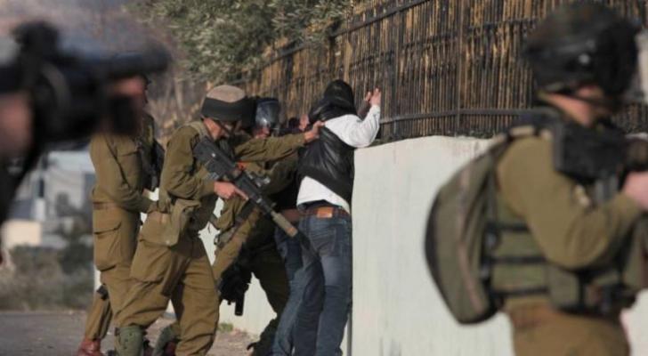 قوات الاحتلال تعتقل شابا فلسطينيا - ارشيفية