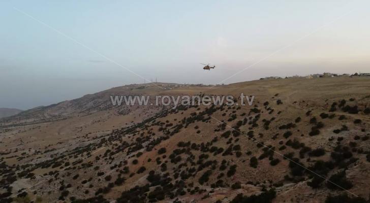 طائرة لسلاح الجو تشارك بعمليات مكافحة أسراب الجراد التي دخلت مناطق البرة الحرجية