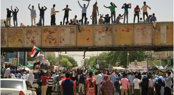 متظاهرون سودانيون أمام مقر الجيش في الخرطوم