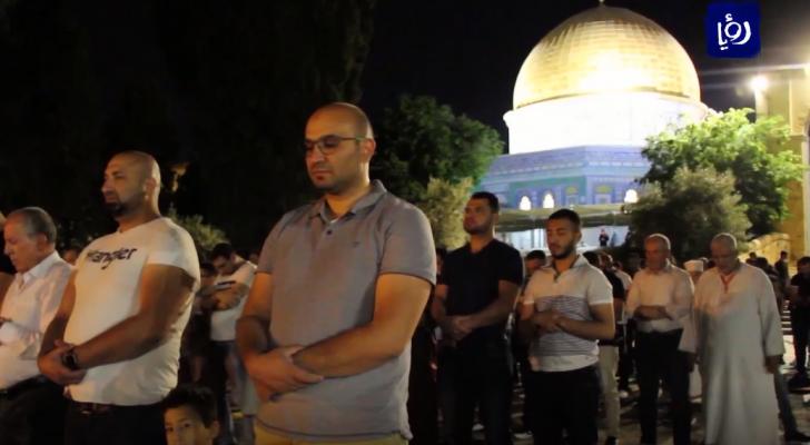 آلاف المصلين يؤدون صلاة التراويح في رحاب المسجد الأقصى المبارك
