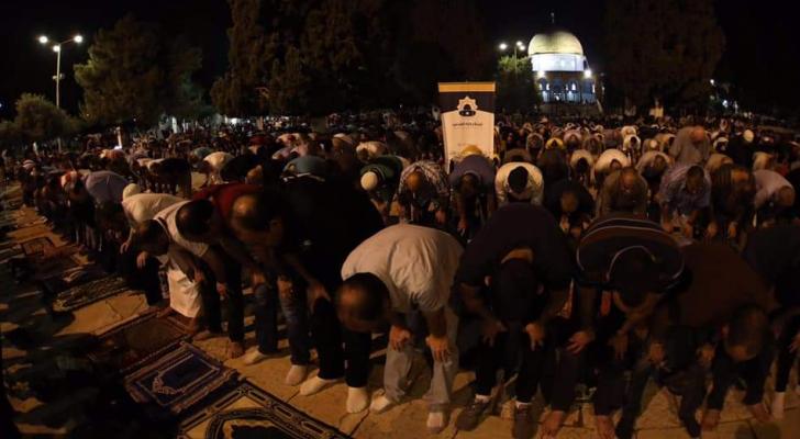 عشرات الآلاف يؤدون صلاتي العشاء والتراويح في رحاب المسجد الأقصى