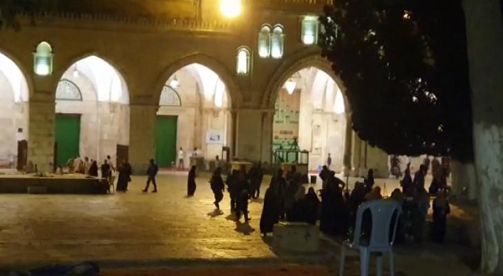 قوات الاحتلال تقتحم الأقصى وتشرع بإخلاء المصلين من باحاته بالقوة
