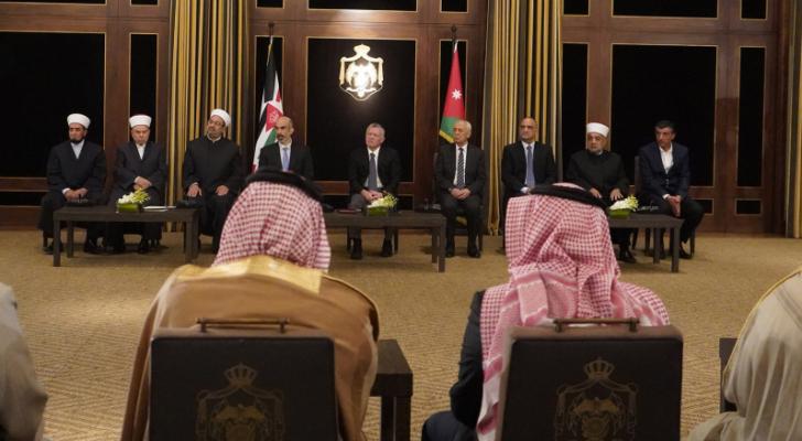 الملك يلتقي مجموعة من الأئمة والوعاظ ويشاركهم الإفطار