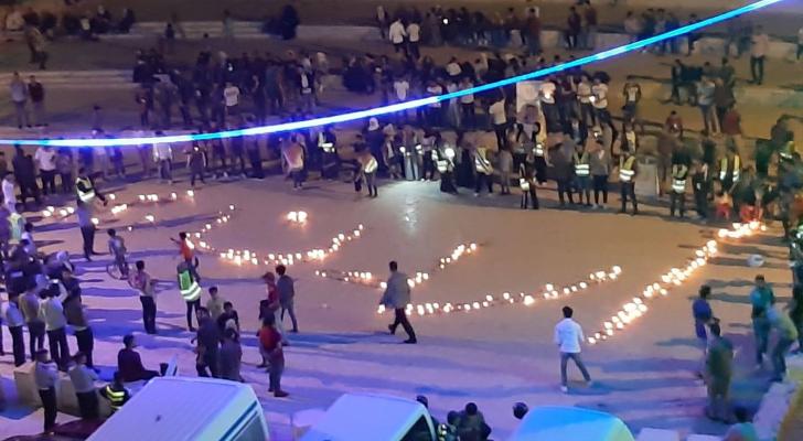 شباب الكرك يكتبون إسم الأردن بالشموع احتفالا بعيد الإستقلال في قلعة الكرك