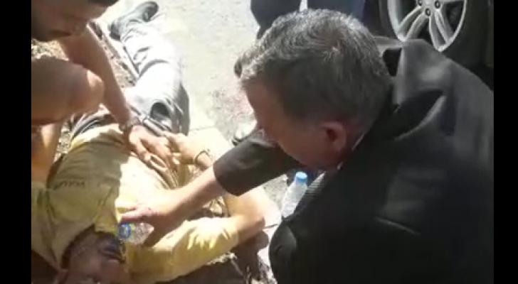 وزير الصحة يترجل من سيارته ويسعف شابا في الشارع