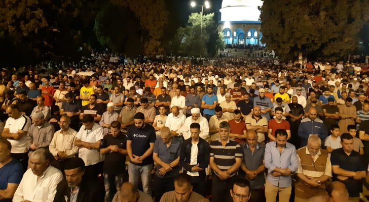 أكثر من ١٠٠ الف مصل يؤدون صلاة العشاء والتراويح في رحاب المسجد الأقصى المبارك الليلة.