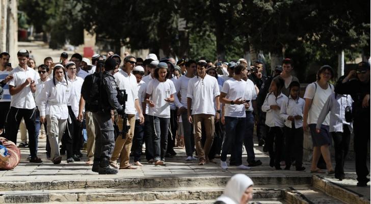 قطعان من المستوطنين يقتحمون باحات المسجد الاقصى