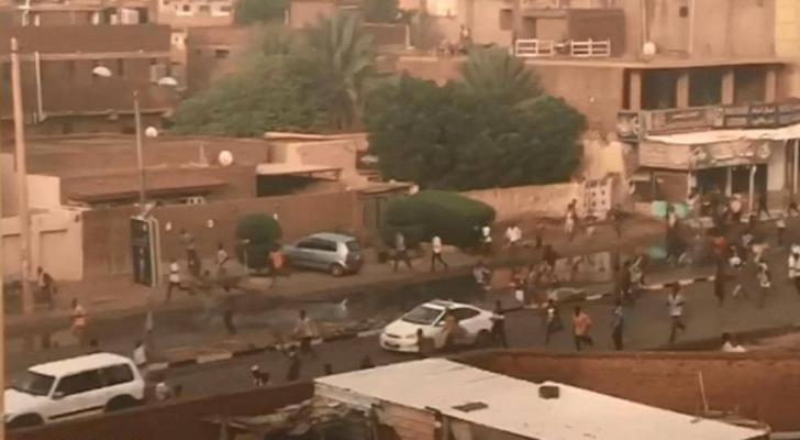 متظاهرون سودانيون في الشوارع بعيد محاولة فض الاعتصام