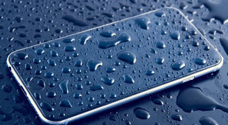 احذر تشغيل الهاتف أو وصله بالشاحن بعد اخراجه من المياه - ارشيفية