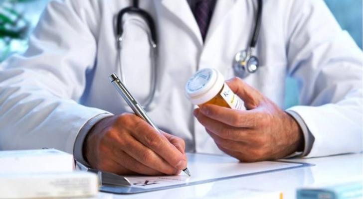 طبيب يكتب وصفة طبية - ارشيفية