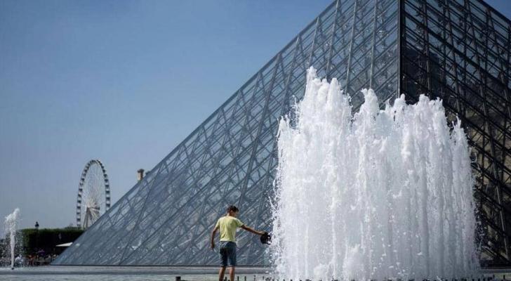 نافورة متحف اللوفر في العاصمة الفرنسية
