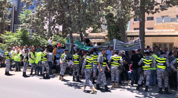 سائقو التكسي الأصفر والتطبيقات الذكية يعتصمون أمام وزارة النقل