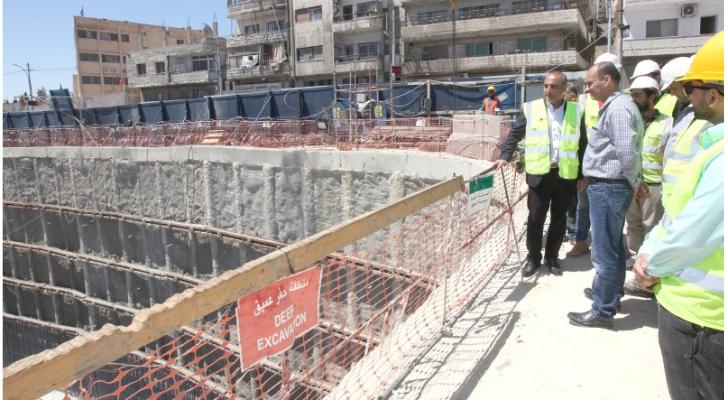 الشواربة يتفقد المشروع  (الصورة من أمانة عمان)