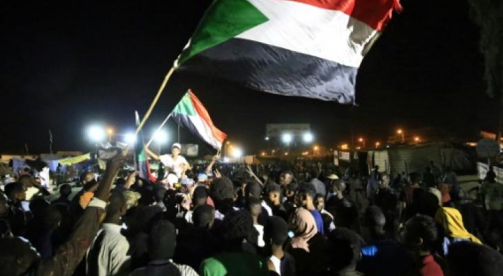 السودانيون يحتفلون بالتوافق بين المجلس العسكري وقادة الاحتجاج