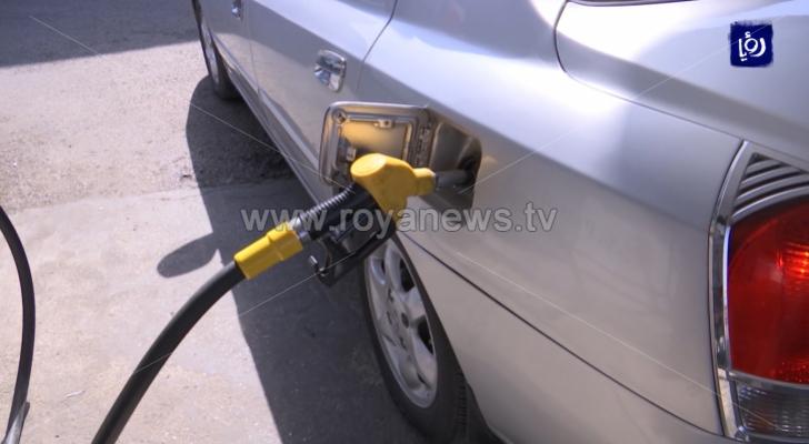 تعبئة بنزين في سيارة