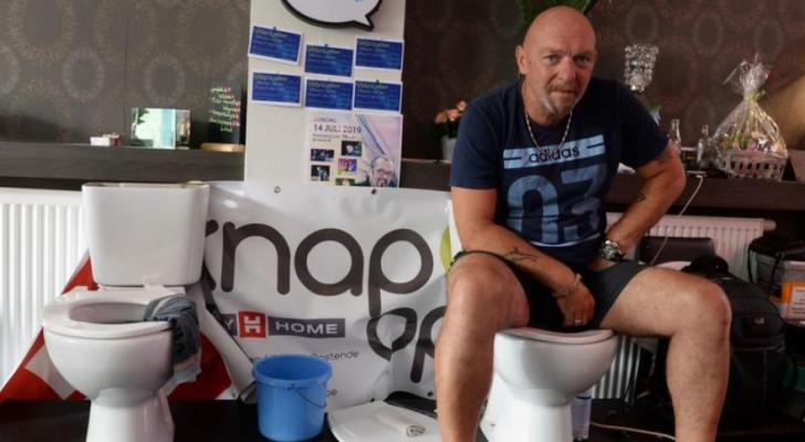 البلجيكي جيمي دو فرين أثناء محاولة تسجيل رقم عالمي في الجلوس على المرحاض - رويترز