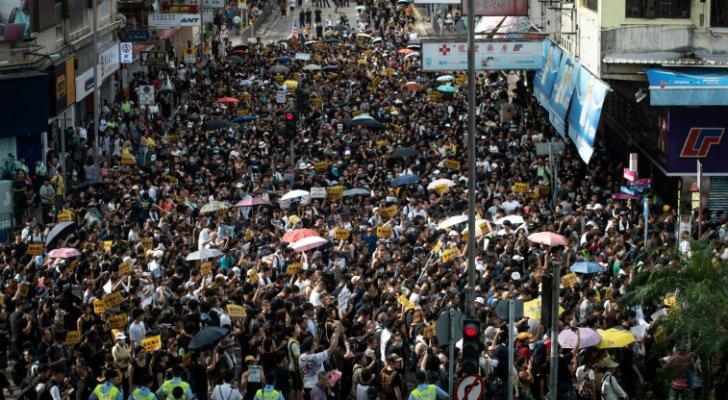 شرطة هونغ كونغ تتصدى لمحتجين تظاهروا ضد تجار قادمين من الحدود