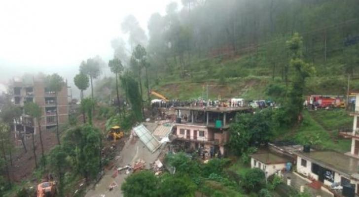 عمال انقاذ في موقع انهيار مبنى في الهند
