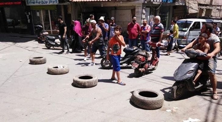 لاجئون فلسطينيون يغلقون طرق مخيم البداوي