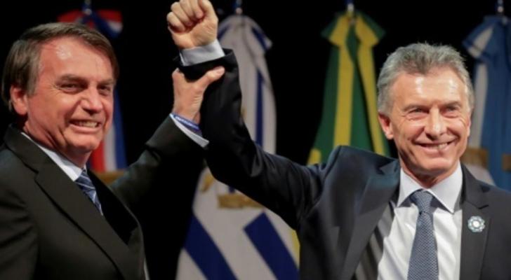 صورة للرئيس ماوريسيو ماكري (يمين) وبجانبه نظيره البرازيلي جايير بولسونارو