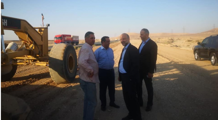 الرزاز يتفقد أعمال التوسعة والصيانة في الطريق الصحراوي