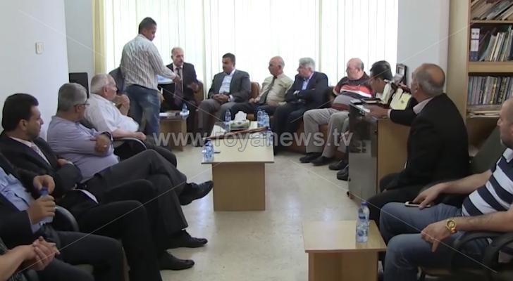 عدد من وجهاء وممثلي الفعاليات الشعبية في إربد يطالبون الرزاز بالاعتذار