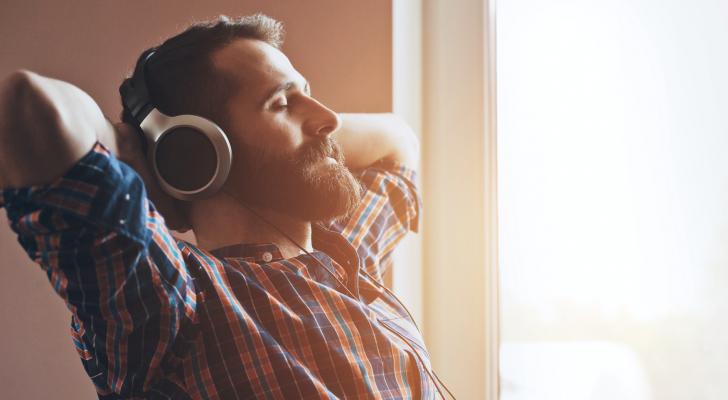 شخص يستمع الى الموسيقى - الصورة تعبيرية