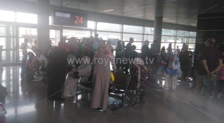 المسافرون بعد هبوطهم من الطائرة