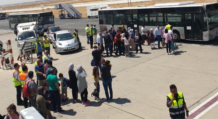 المسافرون عقب هبوط الطائرة بعد الخلل الفني
