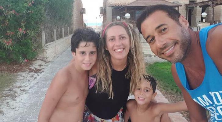الفنان المصري وزوجته الراحلة وأطفالهما