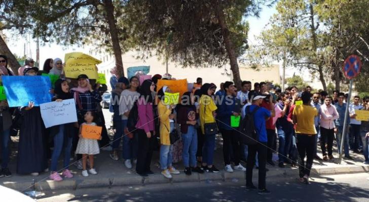 اعتصام طلبة توجيهي مواليد الـ 2000 أمام التعليم العالي