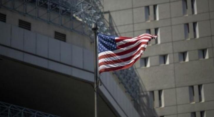 العلم الأمريكي أمام مركز احتجاز ميتروبوليتان في لوس انجليس
