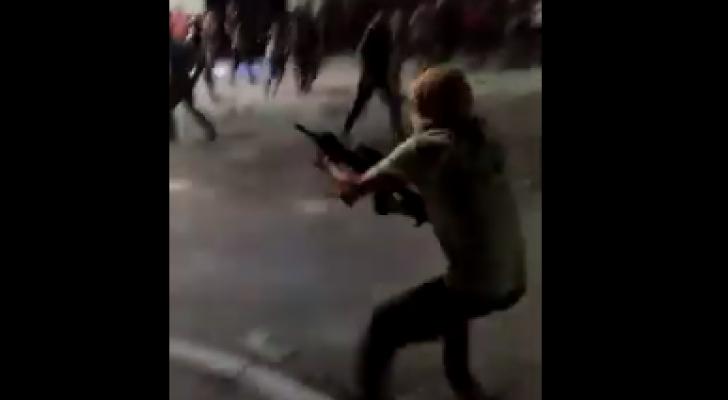 شخص يقوم باطلاق الرصاص الحي باتجاه قوات الدرك في الرمثا