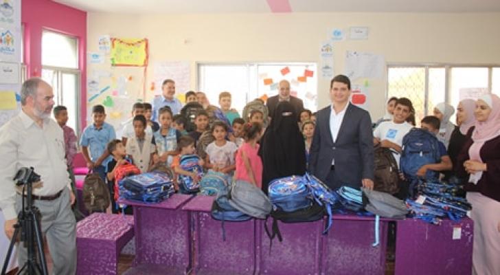 العروسان قاما بتوزيع 600 حقيبة مدرسية مع قرطاسية بقيمة 6000 دينار