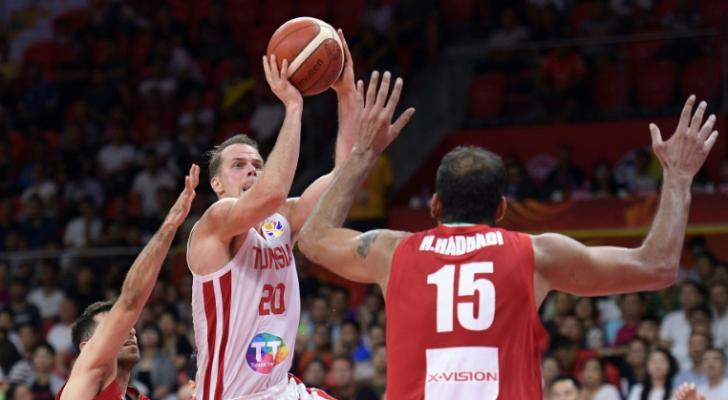 التونسي مايكل رول يسدد نحو السلة الإيرانية
