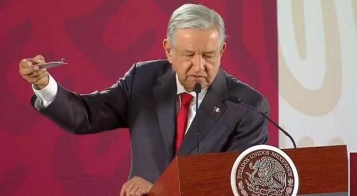 الرئيس المكسيكي يعرض الكاميرا أمام الصحفيين
