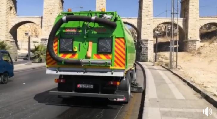"""أمانة عمان تباشر تنظيف طرق العاصمة عبر """"الكنس الآلي"""""""