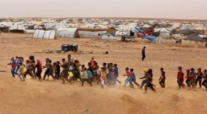إرسال مساعدات انسانية الى مخيم للنازحين السوريين قرب الحدود الأردنية