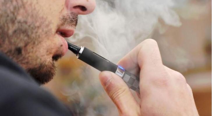 أمريكا تحقق في سبب اصابة 450 شخصا بأمراض الرئة ووفاة 5 اشخاص جراء التدخين الالكتروني
