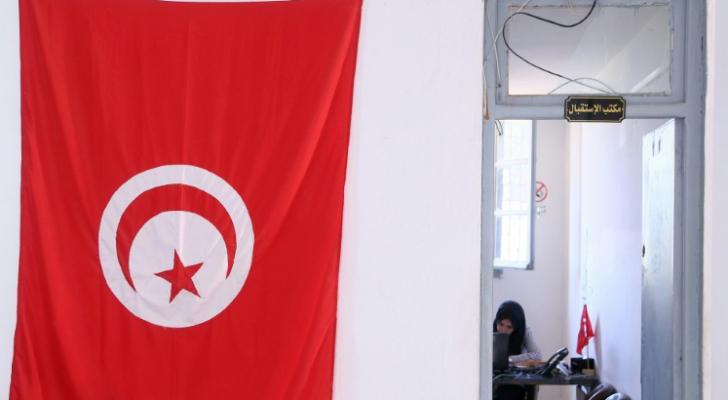 علم تونسي أمام مكتب الهيئة العليا المستقلة للانتخابات في 15 آب