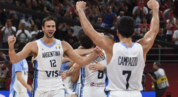لاعبو المنتخب الأرجنتيني يحتفلون بالتأهل الى نهائي بطولة العالم لكرة السلة