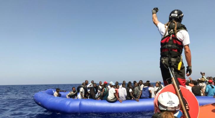 """إحدى أعضاء فريق الإنقاذ التابع لسفينة """"أوشن فايكينغ"""" على متن قارب مطاطي خلال عملية لإنقاذ مهاجرين في المتوسط"""