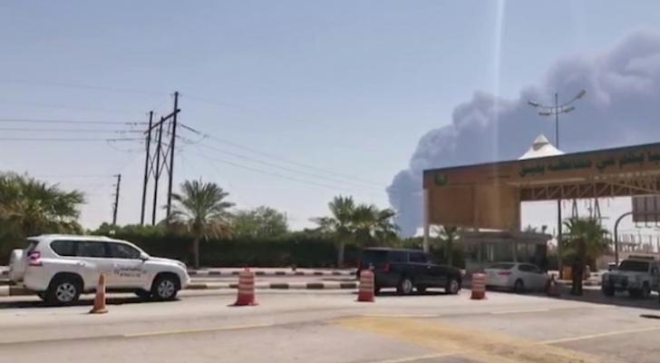 """لقطة من الشاشة من مقطع فيديو عبر """"ا ف ب تي في"""" يظهر فيها دخان يتصاعد من موقع بقيق في السعودية"""