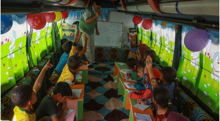 خيم وحافلات متنقلة تتحول قاعات تدريس للأطفال النازحين في شمال غرب سوريا