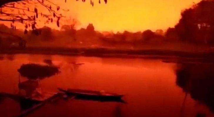 السماء حمراء في إندونيسيا