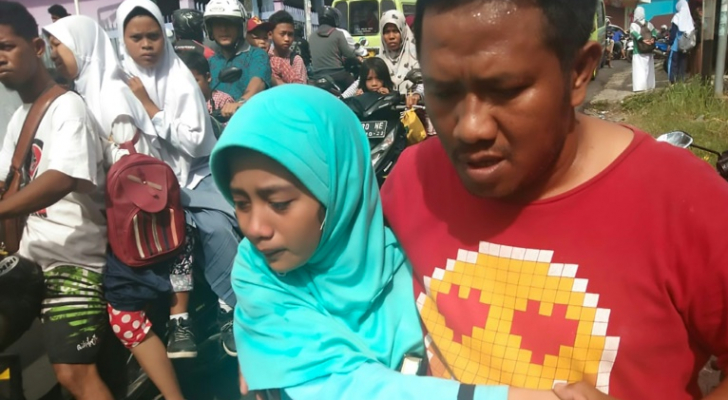 إندونيسيون في شارع في باتو مراه بعد زلزال شدته 6,5 درجات