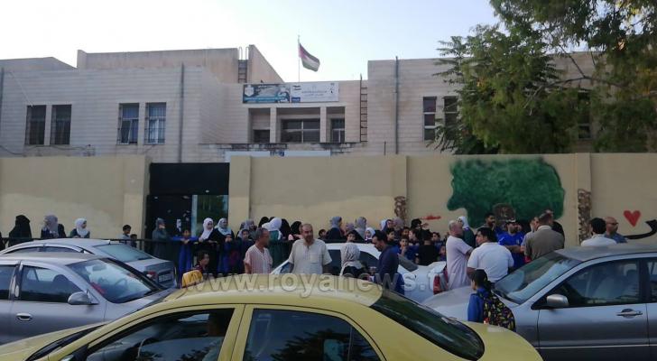 من أمام احدى المدارس بالعاصمة عمان