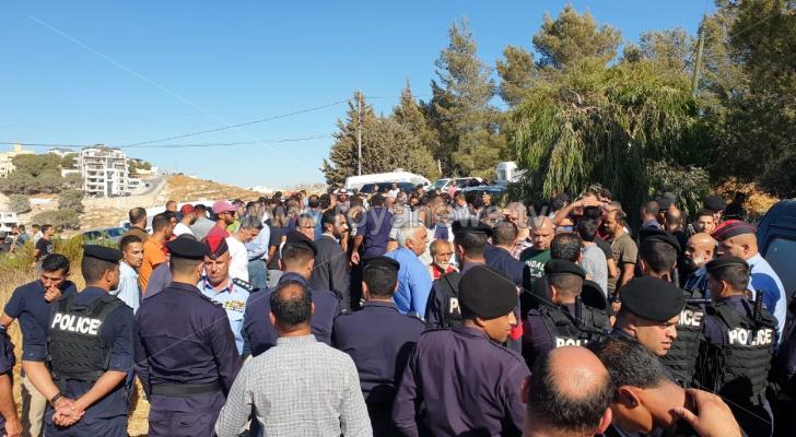 وقفة أمام مقر نقابة المعلمين احتجاجا على موقف النقابة من الإضراب