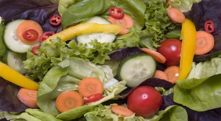 الخضروات النيئة تؤثر سلبا في الأمعاء